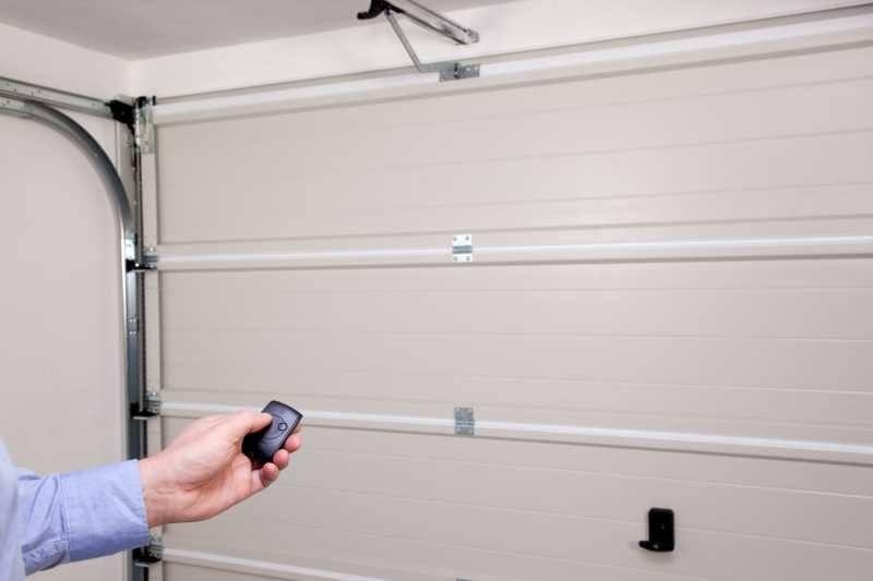comment prendre soin de sa t l commande porte de garage. Black Bedroom Furniture Sets. Home Design Ideas